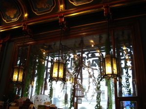 Китайские фонари и вазы в интерьере «Чайного дома»