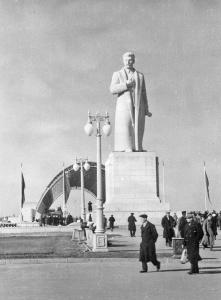 Памятник Сталину на площади Механизации [6]