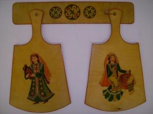 «Башкирочки», разделочная доска (дерево, роспись, лак), 2002 г., г.Уфа Автор: Исхакова Рамзия.