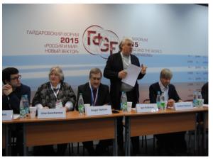 Игорь Бухаров открывает дискуссию